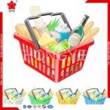 La main d'achats de supermarché portent le panier en plastique pour l'hypermarché