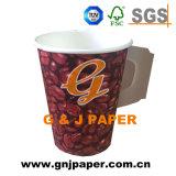 Tazza di carta stampata abitudine del caffè a gettare con la maniglia