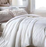 Постельные принадлежности роскошной гостиницы установили в линию кровати