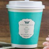 뚜껑 커피 잔 음료를 가진 싼 컵은 처분할 수 있는 종이를 받아 넣는다