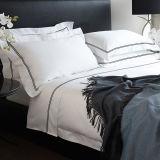 綿の寝具の一定の明白で白いホテルの寝具