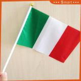 Union Jack de papier en agitant la main d'un drapeau