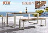 Polywoodの折られたダイニングテーブルおよびベンチ