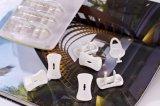 二相ソケットアウトレットのプラグは子供の安全のための電気保護装置帽子キットを検査している赤ん坊を覆う