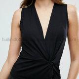 ねじれの細部が付いている女性の黒い袖なしの上
