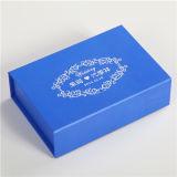 La joyería de lujo en cajas de regalo con el manguito