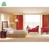 赤いファブリックChaiseのラウンジが付いている木の終わりのホテルの寝室の家具