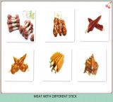 Palillos mezclados del ingrediente con bocado de pollo y del arroz y del gato del grano