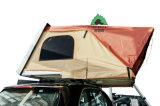 Le coperture dure schioccano in su la tenda superiore del tetto per il caravan dell'automobile del camion