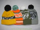 100%のアクリルの刺繍のジャカード袖口の帽子の冬の帽子は上の球が付いている帽子によって編まれた帽子を編んだ