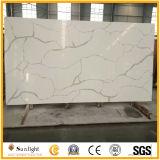 白い輝きの人工的な石造りの水晶浴室または台所壁のタイル