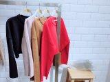 広い袖の緩いニットの上の方法衣服