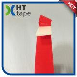 El doble echó a un lado cinta de la espuma del PE con el papel rojo
