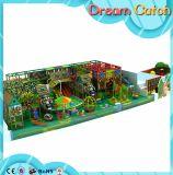 子供の螺線形の屋内運動場のスライド