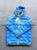 주식에 있는 상품, 재고 아래로 의복 재킷, 남자의 겨울 재킷