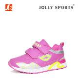 子供のためのスニーカーの靴を実行する履物のスポーツ