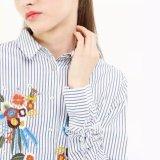 Form-Frauen-Streifen-Blumen-Stickerei-T-Shirt kleidet Bluse