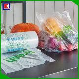 Sacs respectueux de l'environnement de nourriture et sacs en plastique de produit sur le roulis