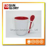 Caneca vermelha da porcelana com a colher de Chb013