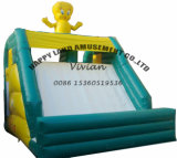 黄色いアヒルの小さい膨脹可能スライドを乾燥する