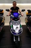 Motocicleta elétrica com a caixa grande da carga