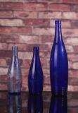 青いガラスビンまたはコバルトブルーのガラスビン