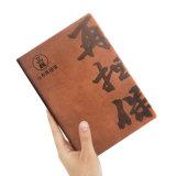 Tourillon avec le blanc et le cahier attaché rayé de petit cuir de pages