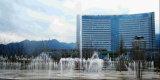 Grande fontaine carrée devant le gouvernement