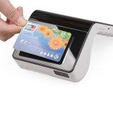 Terminal par la carte de crédit de position de restaurant tenu dans la main avec le scanner d'imprimante