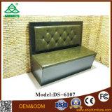 Sofá de couro usado para mesas de centro