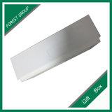 Scatola di cartone bianca con stampa nera di marchio