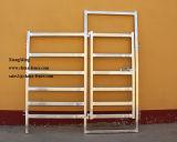 パネル牛塀を囲っている携帯用牛は畜舎のゲートの家畜のパネルにパネルをはめる