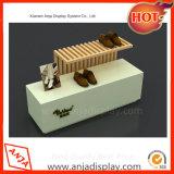 Обувь магазин подвижной древесины на столе устройства отображения шельфа Showcase
