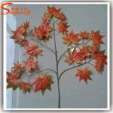 인공적인 단풍나무는 플라스틱 단풍나무 잎을 떠난다