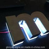 Почищенный щеткой знак нержавеющей стали помечает буквами отполированную зеркалом доску знака СИД