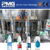 自動プラスチックによってびん詰めにされる飲料水の充填機