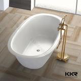 El hombre por encargo del uso del hotel hizo las bañeras libres superficiales sólidas de piedra