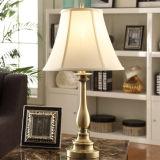 Latón Antiguo lámparas de mesa con tejido Offwhtie sombra