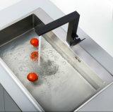 正方形の単一のレバーの旋回装置の黒の台所コック