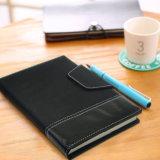 넓은 지배된 노트북/가죽 전표 책/점을 찍은 서류상 노트북