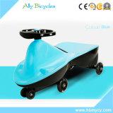 Paseo del juguete de los cabritos del niño en el coche del oscilación con la rueda muda