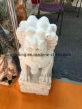 庭の装飾のために切り分けているライオンの花こう岩の大理石の石動物