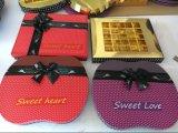 Caixa de papel vermelha do chocolate da forma de Apple com a fita para o dia dos Valentim