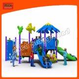 As crianças da escola parque ao ar livre equipamento de segurança