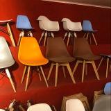 주황색 옆 의자 주황색 시트 식당은 무방비 주조한 플라스틱 시트 장부촉 다리 나무를 착석시키지 않는다