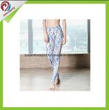 O costume imprimiu caneleiras da ioga das senhoras das calças justas da aptidão para o desgaste da ioga