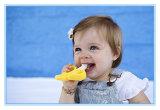 幼児トレーニングの歯ブラシおよびTeetherの黄色