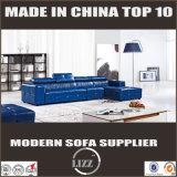 青い様式の現代的な居間のソファー