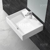 現代浴室の虚栄心の洗面器手の洗面器