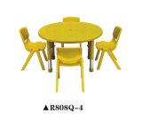 O plástico ajustável caçoa a tabela e a cadeira para a escola do jardim de infância